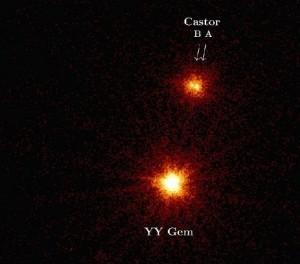 In deze röntgenopname zien we Castor A en B, twee hoofdreekssterren van spectraalklasse A die om elkaar heen draaien. Om beide sterren draait een onzichtbare dwergster. daaronder YY Gem die ook bestaat uit twee dwergsterren die om elkaar heen draaien. (Opname: ESA)XMM-Newton)