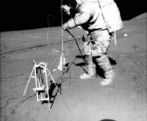 Astronauten hebben verschillende waarneeminstrumenten op de Maan geplaatst