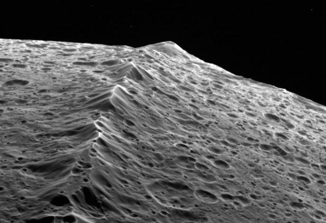 Het Voyagergebergte op Japetus