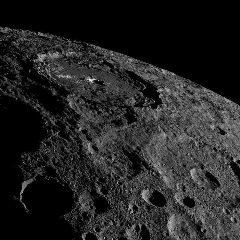 De Occator krater op Ceres