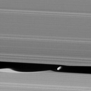 Cassini fotografeert Daphnis