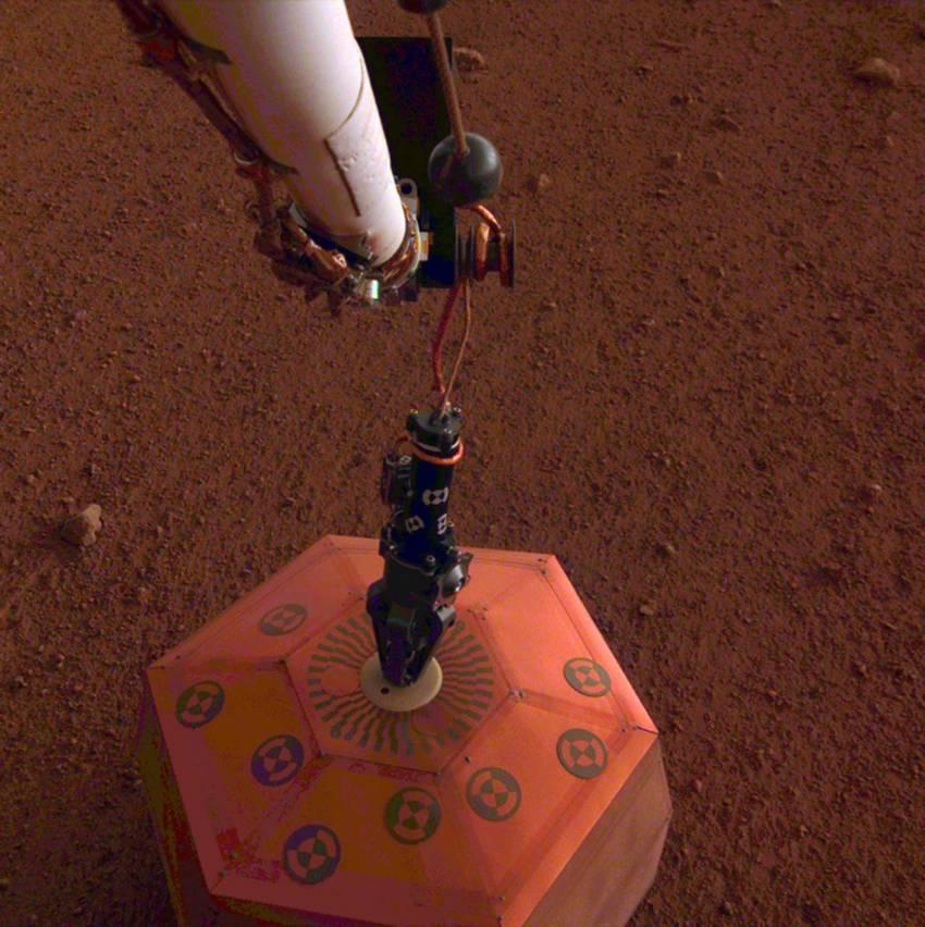 Mars InSight plaatst seismograaf