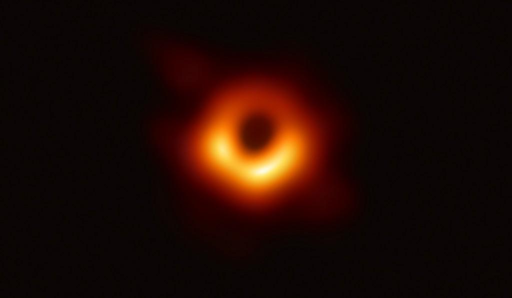 Eerste foto van een zwart gat