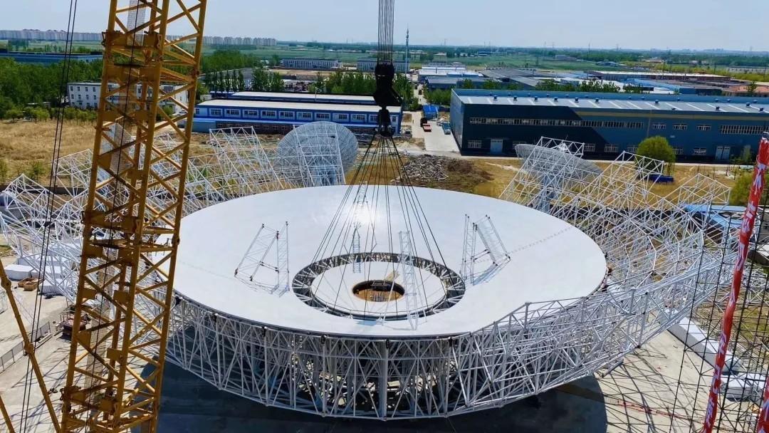 De nieuwe Chinese radiotelescoop in aanbouw