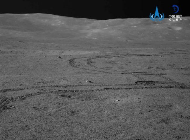 Sporen en de verre rand van de Von Kármán krater.