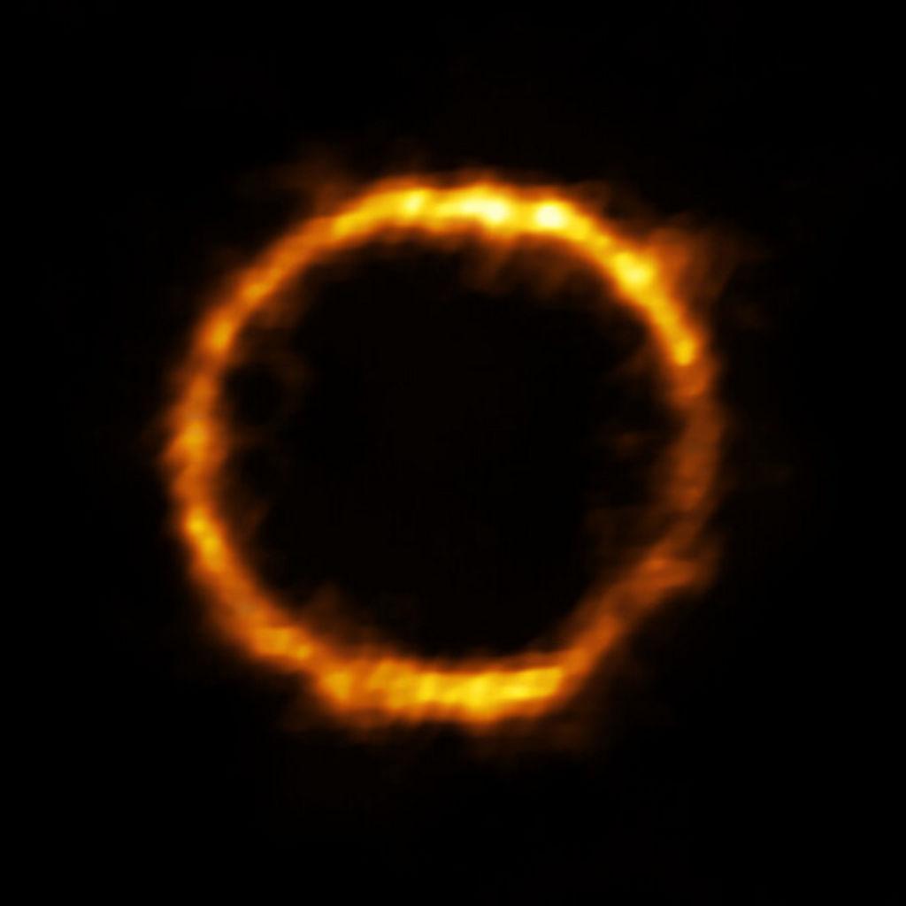 De bijna perfecte ringstructuur van het jonge sterrenstelsel
