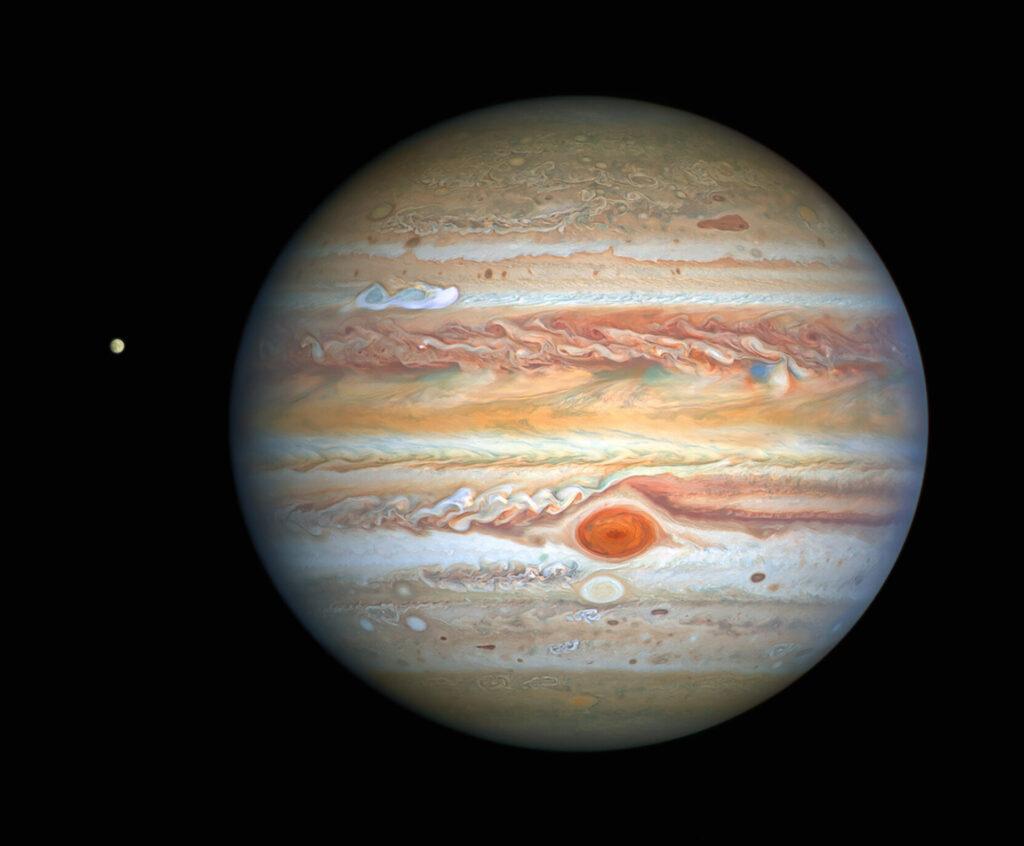 Jupiter en Europa gefotografeerd op 25 augustus 2020 door de Hubble Space Telescope