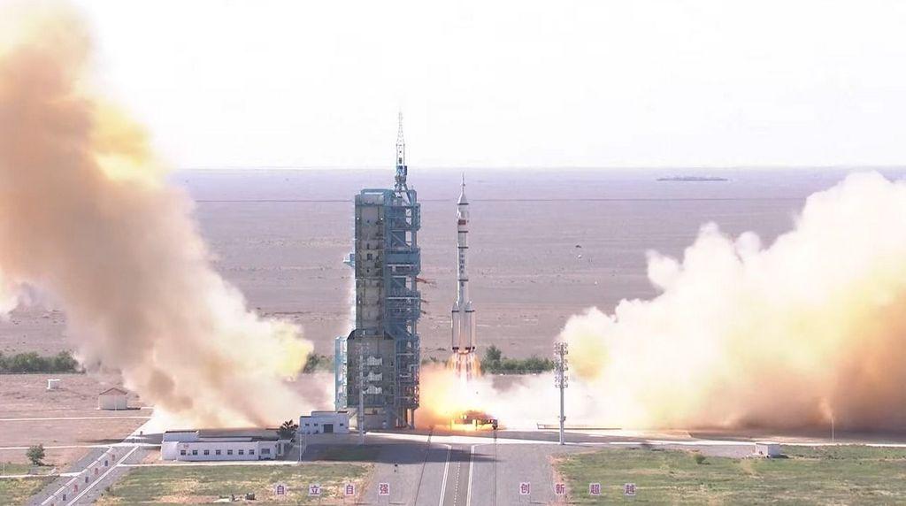 lancering Shenzhou 12 met een Lange Mars 2F