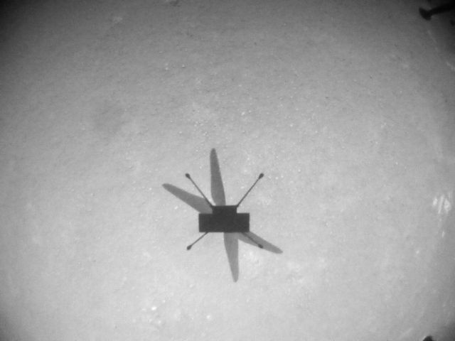Schaduw van Ingenuity op Mars