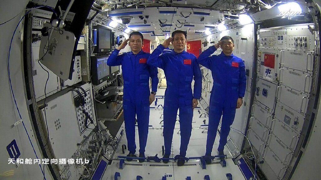 De Chinese astronauten Tang Hongbo (links), Nie Haisjeng (midden) en Liu Boming (rechts) vormen de eerste bemanning van het Tiangong ruimtestation.