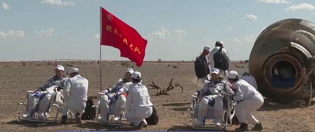 De die Chinese astronauten na hun landing in de Gobi woestijn